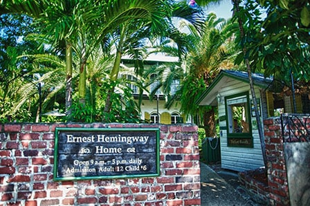 the front of ernest hemingway's home in key west