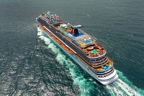 carnival horizon sailing in across the caribbean sea