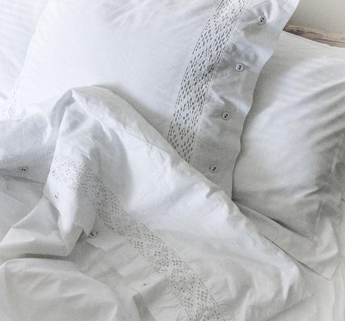 white-linens-pillows-blankets