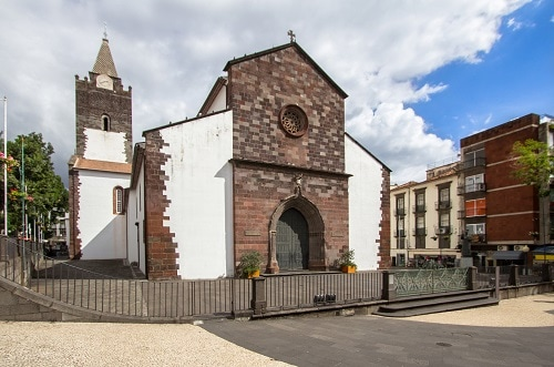 a front view of the funchal cathedral